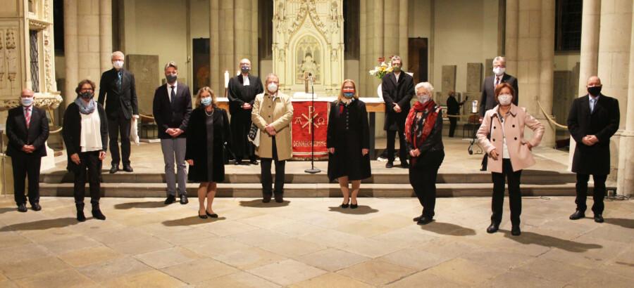 Der neue Kreissynodalvorstand im großen Kreis bei seiner Einführung am Reformationstag in Unnas Stadtkirche. (Foto: Kirchenkreis Unna)