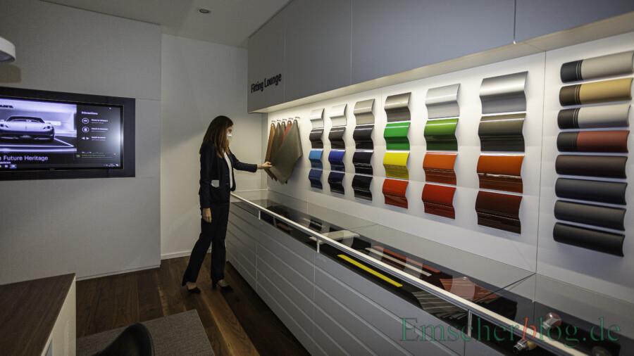 """In der """"Fitting lounge"""" können Kunden die Materialien ihres Wunschfahrzeuges haptisch begutachten und konfigurieren: von der Lackierung über die Lederqualität bis hin zum Design des Zündschlüssels.  (Foto: P. Gräber - Emscherblog)"""