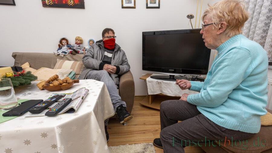 Leider sehr unter der Einsamkeit: Christa Biernath im Gespräch mit dem Vorsitzenden des Seniorenbeirates, Frank Brockbals. Seit ein paar Tagen funktioniert wenigstens ihr Fernseher wieder. (Foto: P. Gräber - Emscherblog)