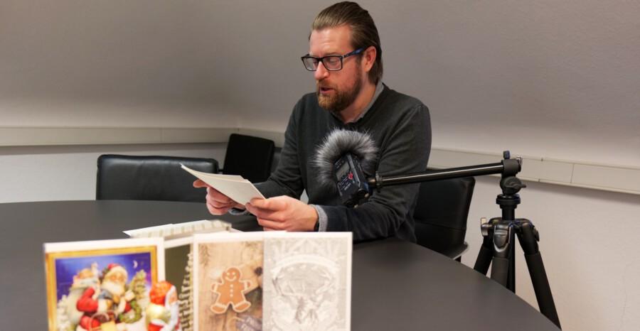"""Kurator Arne Reimann liest """"Der Tannenbaum"""" von Hans Christian Andersen. (Foto: Fabiana Regino – Kreis Unna)"""