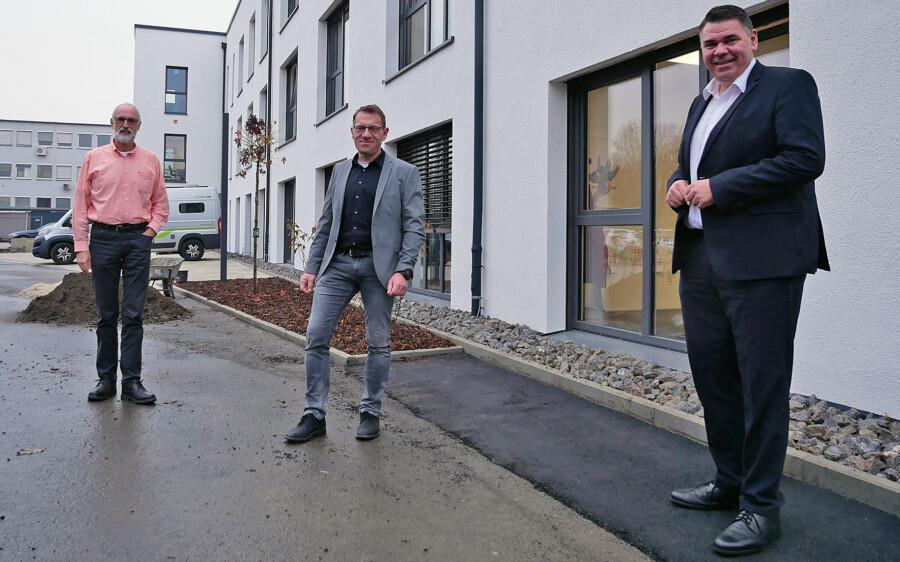 o Löhr (r.) besuchte Fachbereichsleiter Martin Oschinski (2.v.l.) im neuen Dienstgebäude an der Zechenstraße. Mit dabei: Dezernent Ludwig Holzbeck (l.). (Foto: Max Rolke - Kreis Unna)