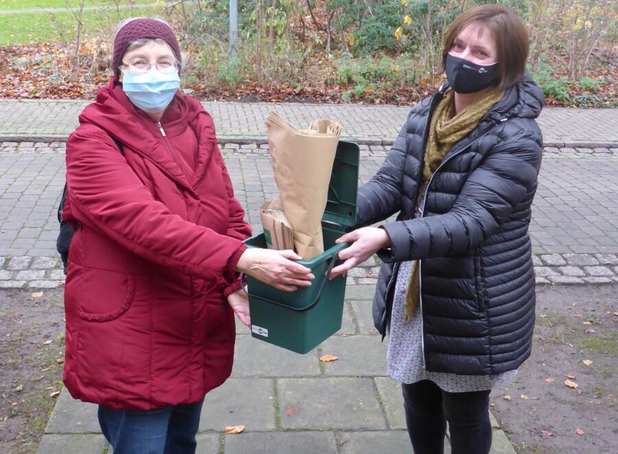 Auch Roswita Kilimann aus Unna (li.), hier mit GWA-Abfallberaterin Dorothee Weber, hat eines der 30 verlosten Servicesets für die Biotonne gewonnen. (Foto: GWA)