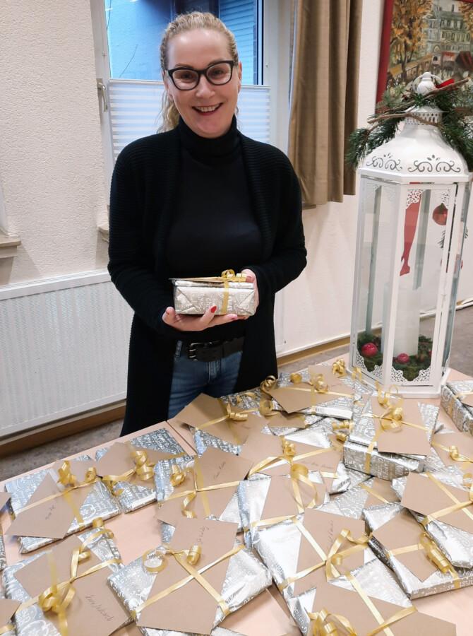 Mitarbeiterin Manuela Hubrach mit den Dankeschön-Päckchen für die Ehrenamtlichen der Seniorenbegegnungsstätte. (Foto: Gemeinde Holzwickede)
