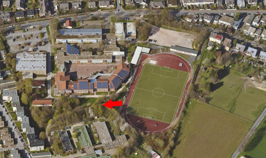 In diesem Bereich (Pfeil) soll der Erweiterungsbau am Clara-Schumann-Gymnasiums entstehen. Allein 650 000 Euro sind für die Planungskosten vorgesehene. (Foto: Fb Geoinformation und Kataster Kreis Unna)