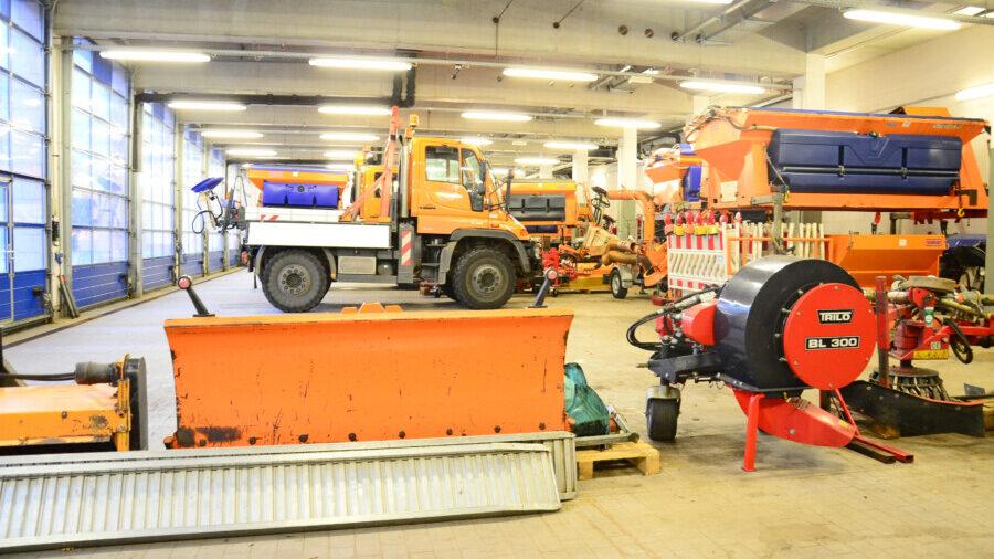 In der Garage des Kreis-Bauhofs stehen die Fahrzeuge, Salztanks und Schneeschieber bereit. (Foto: Max Rolke – Kreis Unna)