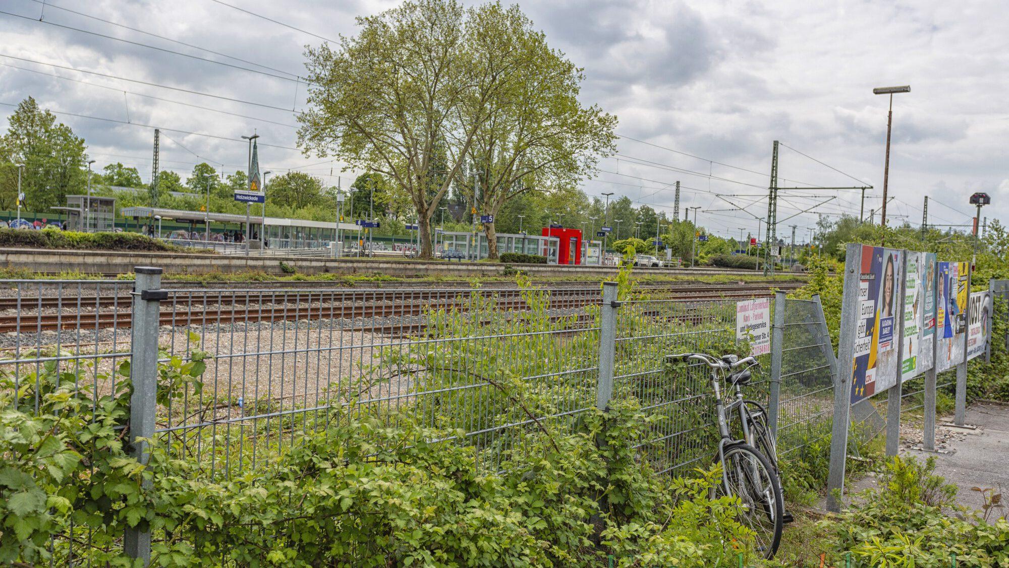 zur Umgestaltung des Bahnhofsumfeldes erarbeiten: In diesem Bereich soll der Durchstich aus Richtung Stehfenstraße zu einer neuen P+R-Anlage im südlichen Bereich des Bahnhofes erfolgen. (Foto: P. Gräber - Emscherblog)