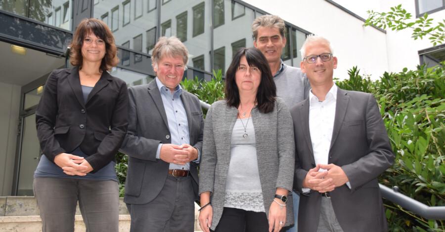 Der Leiter der der schulpsychologischen Beratungsstelle, Andreas Hunke (2.v.r.) mit seinem Team und dem zuständigen Dezernenten Torsten Göpfert (r.) (Foto: Fabiana Regino - Kreis Unna)