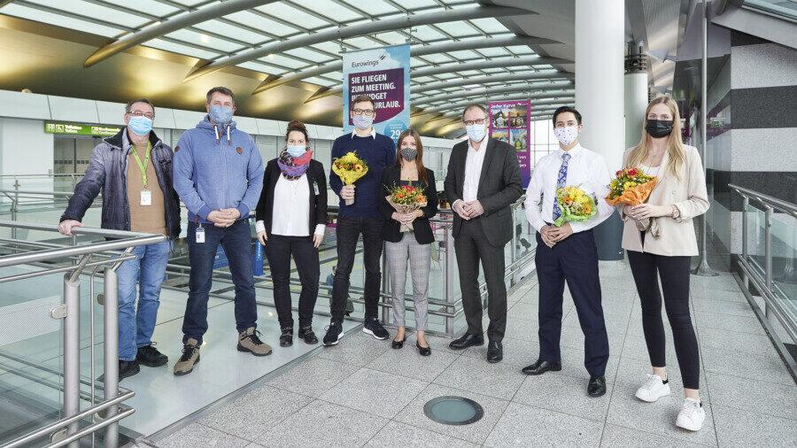 Der Dortmund Airport gratuliert seinen ehemaligen Auszubildenden zur bestandenen Abschlussprüfung (Fotohinweis: Dortmund Airport / Hans Jürgen Landes)