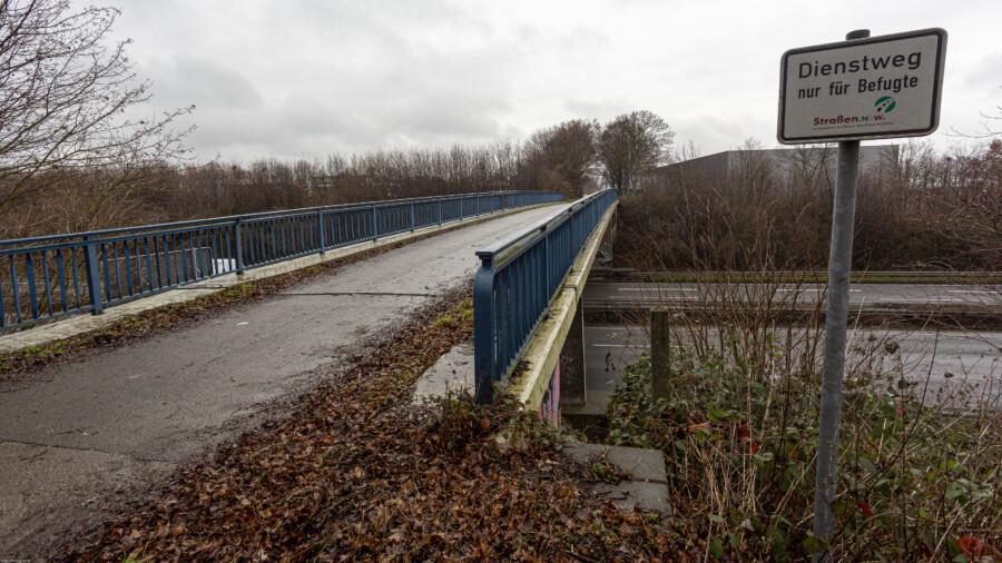 Anders als die Brücke Kurze Straße soll diese Brücke, über die der Wirtschaftsweg zwischen Rausinger Straße und Eco Port führt (Bild)  im Zuge des sechsspurigen Ausbaus der Autobahn (A40) ersatzlos abgerissen werden.  (Foto: P. Gräber - Emscherblog)
