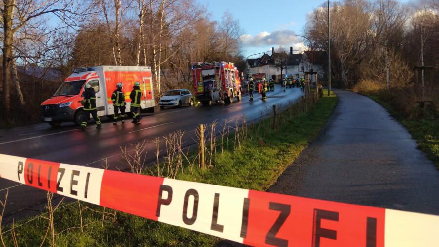 Die Hauptstraße war in Höhe der Kita für mehr als drei Stunden gesperrt: 50 Einsatzkräfte, zehn Polizisten und die Task Force der Dortmunder Feuerwehr waren im Einsatz. (Foto: F. Brockbals)