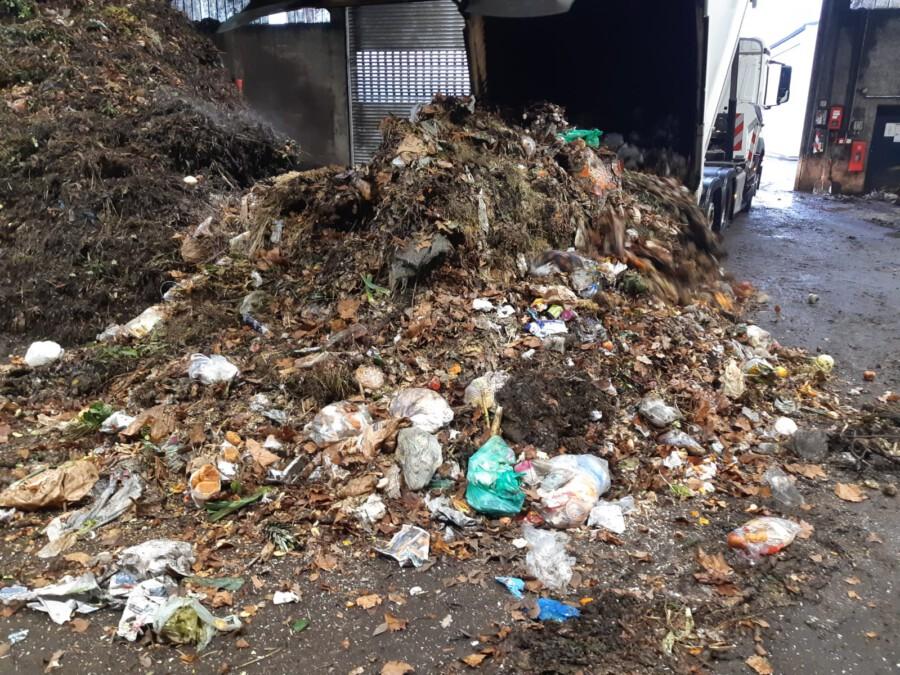 Erschreckend: Wenn die Sammelfahrzeuge den Biomüll aus Holzwickede und den anderen Kommunen im Kompostwerk in Lünen abkippen, befinden sich im Biomüll noch immer viel Plastik, das teuer aussortiert werden muss. (Foto: GWA)