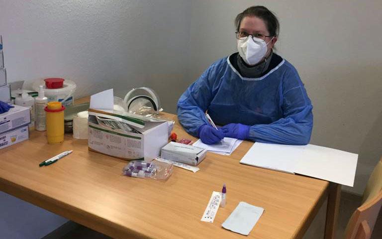 Insgesamt leisteten die Helferinnen und Helfer des DRK Holzwickede zum Jahreswechsel 150 Helferstunden und führten 600 Corona-testungen durch: DRK-Helferin im Perthes-Haus. (Foto: DRK Holzwickede)