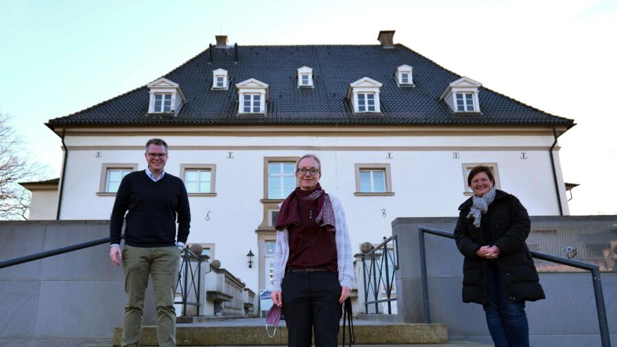 Kreisdirektor Mike-Sebastian Janke (l.) und Stefanie Kettler (r.) heißen Anne Schlösser in ihrer neuen Wirkungsstätte herzlich willkommen. (Foto: Fabiana Regino – Kreis Unna)