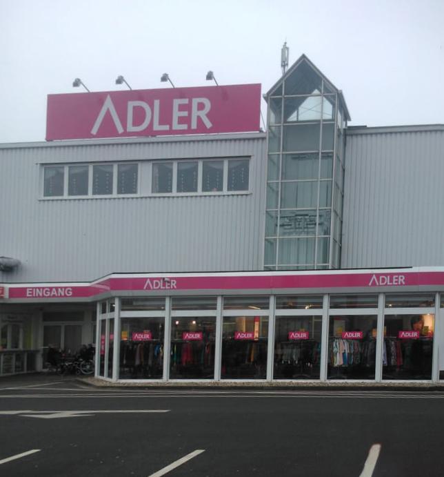 Der Adler Modemarkt an der Wilhelmstraße in Holzwickede ist wegen des Corona-Lockdowns vorübergehend geschlossen.  Trotz des Insolvenzantrages  des Unternehmen soll der Geschäftsbetrieb aber uneingeschränkt weitergeführt werden. (Foto: Emscherblog)