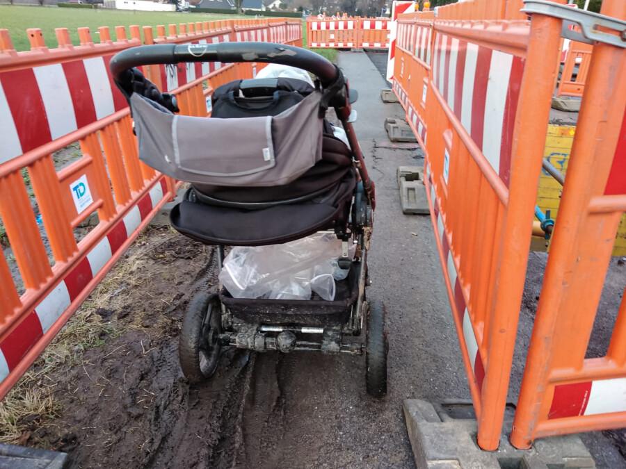 """""""Unzumutbar"""", so der Seniorenbeirat: Mütter mit Kinderwagen oder auch Senioren mit Rollatoren müssen auf das matschige Feld ausweichen, um den Baustellenbereich passieren zu können. (Foto: F. Brockbals)"""