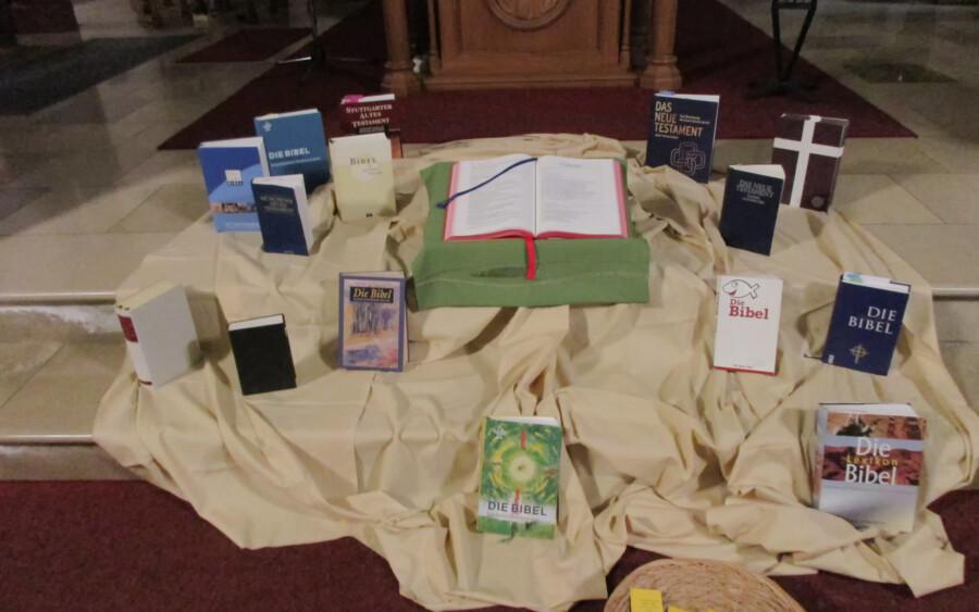 Nach dem heutigen ökumenischen Bibelsonntag ist eine große Anzahl von Bibeln vor dem Altar der St. Stephanuskirche ausgebreitet zurückgeblieben. (Foto: privat)