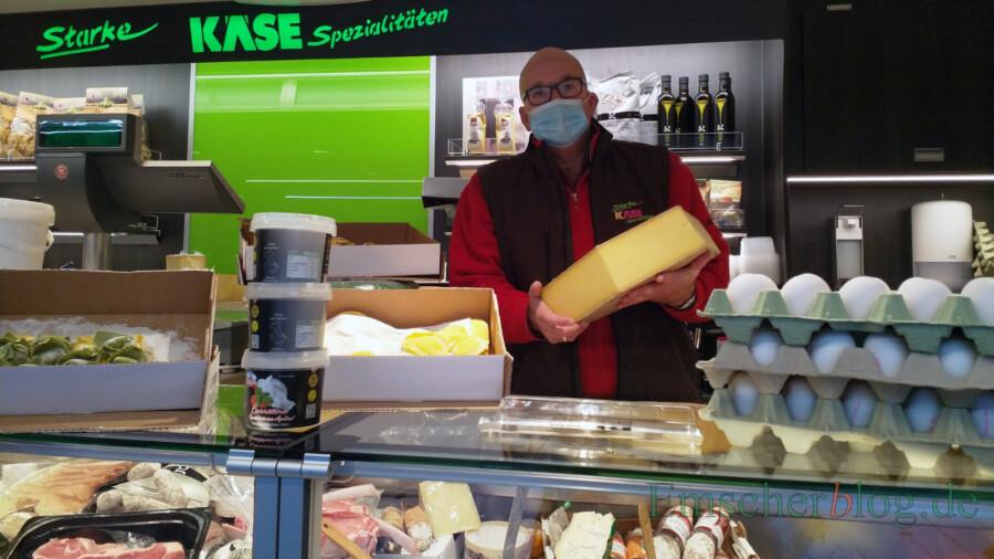 """Torsten Starke war gar nicht erfreut über die Absage des Wochenmarktes am Silvestertag: """"Das ist normalerweise einer meine umsatzstärksten Tage im Jahr"""" , sagt der Käsehändler. (Foto: P. Gräber - Emscherblog)"""