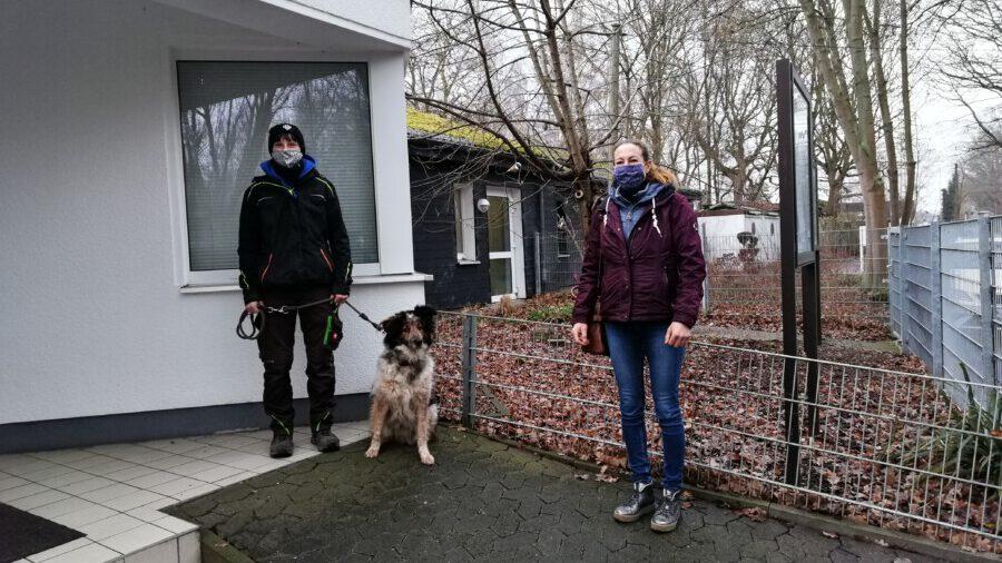 Claudia Schnepper (r) von der Firma Schnepper nach der Spendenübergabe mit Tierpflegerin Janine Schroers und Hund Lio. (Foto: Tierheim Kreis Unna)