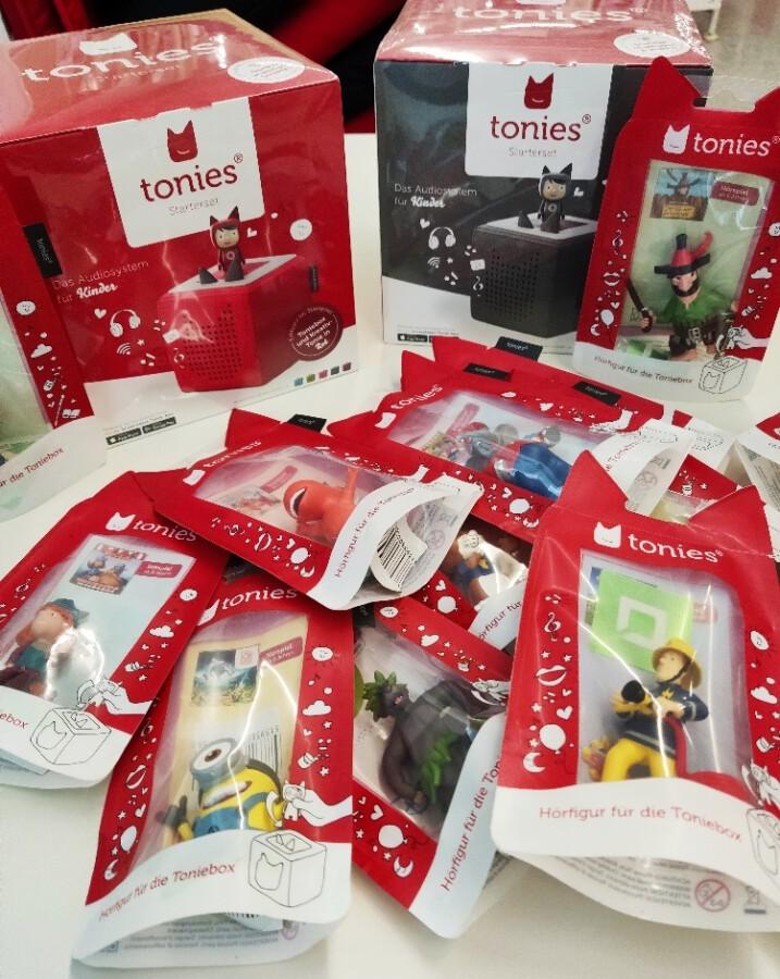 Ab sofort können auch die beliebten Tonie-Figuren samt -Box in der Gemeindebibliothek ausgeliehen werden. (Foto: Gemeindebibliothek)