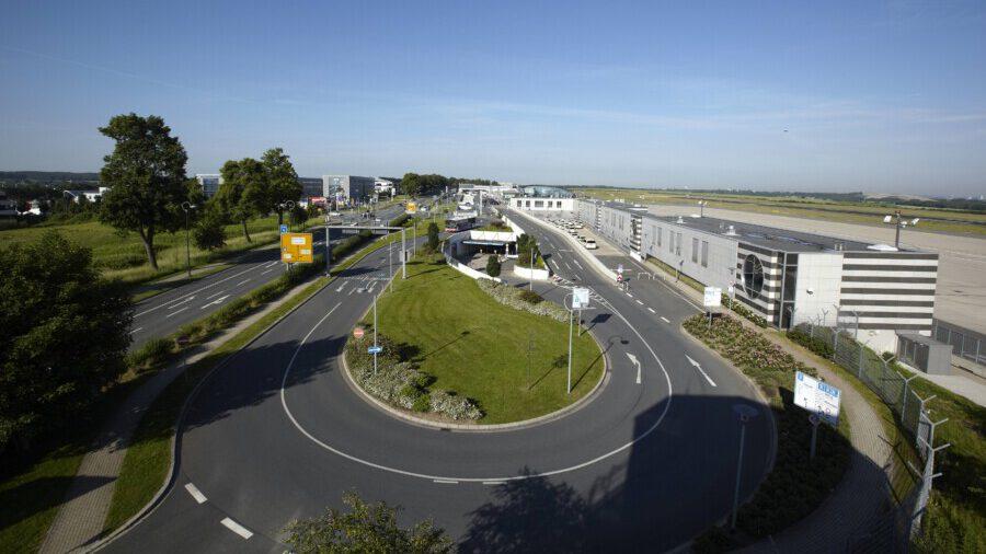 Blick vom Tower auf das Terminalgebäude und die Vorfahrt.  (Foto: : Dortmund Airport / Frank Peterschröder)