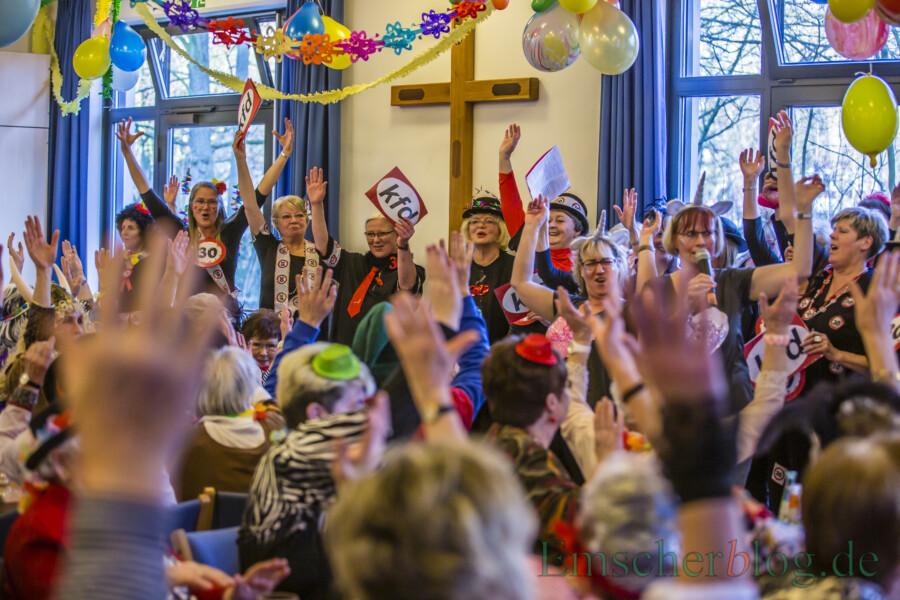 Bei der KFD-Weiberfastnacht geht es alljährlich hoch her. In diesem Jahr fällt die Veranstaltung aus. Doch die Frauen können sich als kleines Trostpflaster - möglichst kostümiert - am 11. Februar ab 14.30 Uhr karnevalistische Überraschungstüten abholen. (Foto: P. Gräber - Emscherblog)