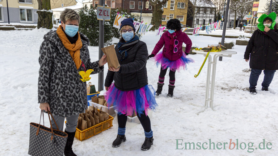 Weiberfastnacht to go: Stefanie Meier (2.v.l.) und ihre Mitstreiterinnen verteilten heute närrische Überraschungstüten auf dem Kirchhof an die Frauen der KFD. (Foto: P. Gräber - Emscherblog)