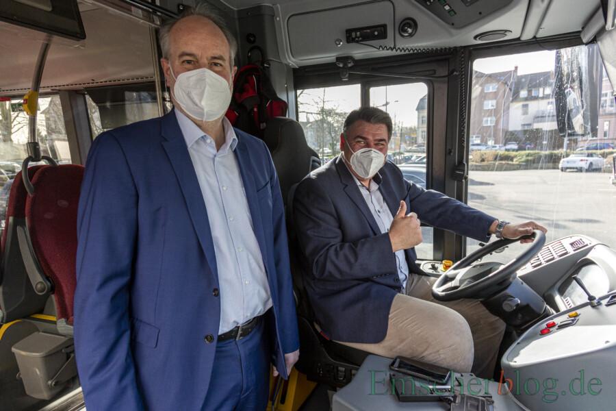 Probesitzen im Wasserstoffbus: Landrat Mario Löhr, hier mit VKU-Geschäftführer André Pieperjohannes, scheint sich sichtlich wohl zu fühlen auf dem Fahrersitz des Busses - allerdings nur bis zum Start der Testfahrt. (Foto: P. Gräber - Emscherblog)