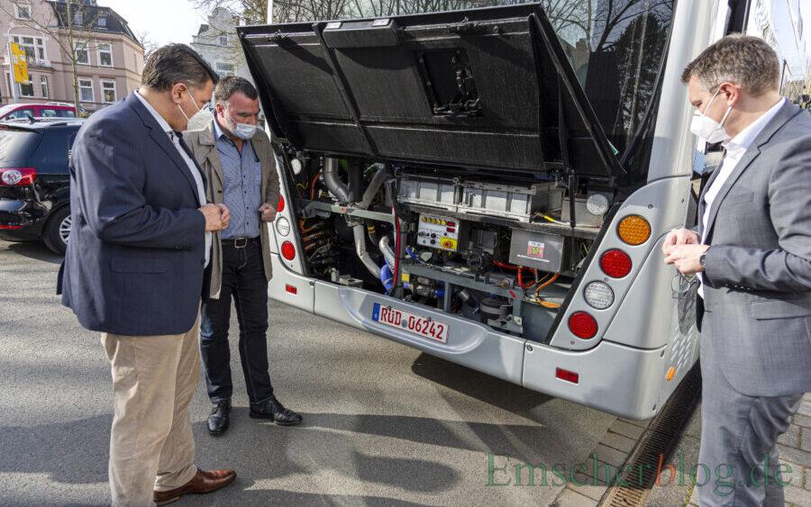 Landrat Mario Löhr (li.) und Kreisdirektor Mike-Sebastian Janke (r.) lassen sich von Manfred Gerster von der Firma van Hool die Technik des Wasserstoffbusses erläutern. (Foto: P. Gräber - Emscherblog)