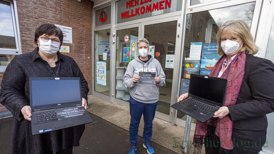 Anja Josefowitz (li.) und Katja Sträde (re.) vom Bündnis für Familie Kreis Unna überreichen zwei Laptops an die Schulleiterin der Dudenrothschule, Katja Buschsieweke. (Foto: P. Gräber - Emscherblog)