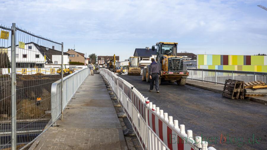 Fußgänger können die neue Überführung Kurze Straße ab heute bereits wieder nutzen. Für den übrigen Straßenverkehr bleibt die Brücke noch bis voraussichtlich Ende März gesperrt. (Foto: P. Gräber - Emscherblog)