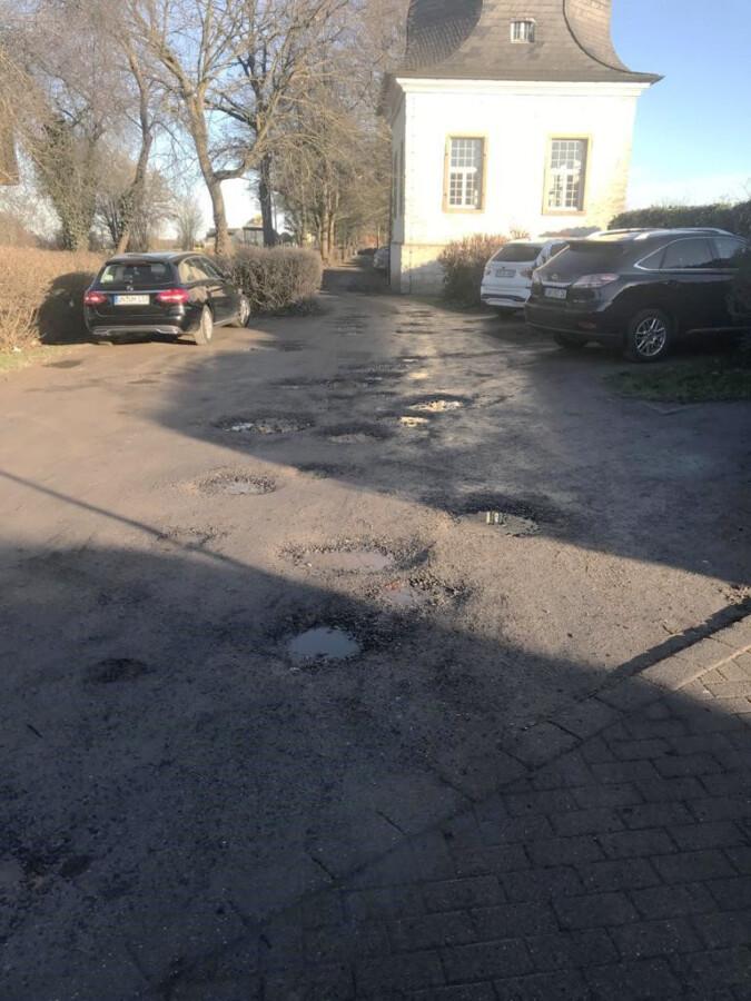 Die wenigen am Haus Opherdicke vorhandenen Parkplätze sind teils in einem katastrophalen Zustand. (Foto: privat)