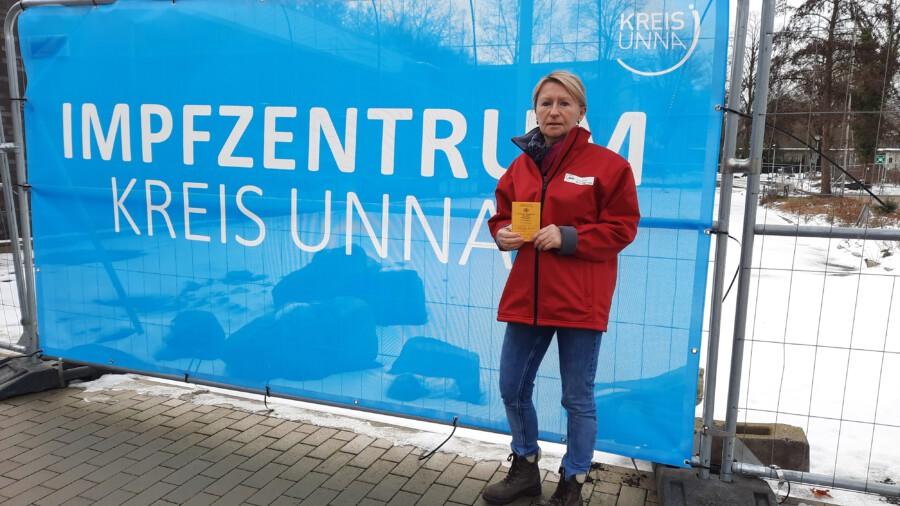Pflegekräfte des ambulanten Pflegedienstes der AWO im Kreis Unna wurden heute zum ersten Mal geimpft im Impfzentrum Unna. Pflegedienstleiterin Margret Höner freut sich über die hohe Impfbereitschaft der Mitarbeitenden. (Foto: AWO RLE)