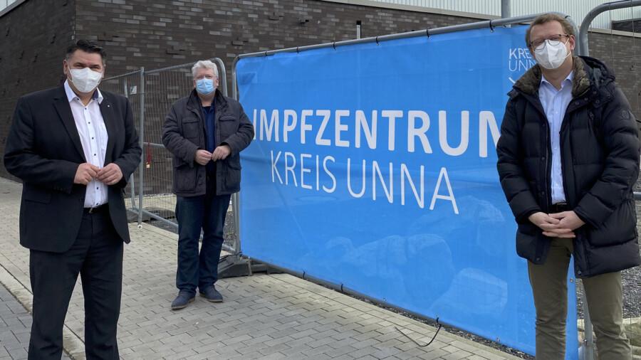 Landrat Mariio Löhr besucht mit dem SPD-Landtagsaboerdneten Hartmut Ganzke und dem Bundestagsabgeordneten Oliver Kaczmarekl das Impfzentrumin Unna. (Foto: SPD)