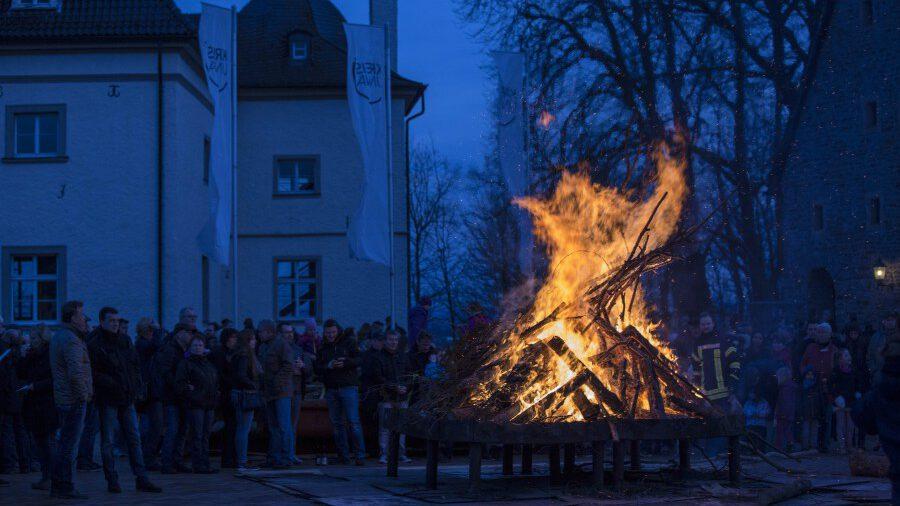 In diesem Jahr werden keine Osterfeuer rgenehmigt: Das letzte Osterfeuer der Löschgruppe Opherdicke - eines der größten im Kreis Unna -brannte vor zwei Jahren vor Haus Opherdicke. im Jahr 2017. (Foto: P. Gräber - Emscherblog)