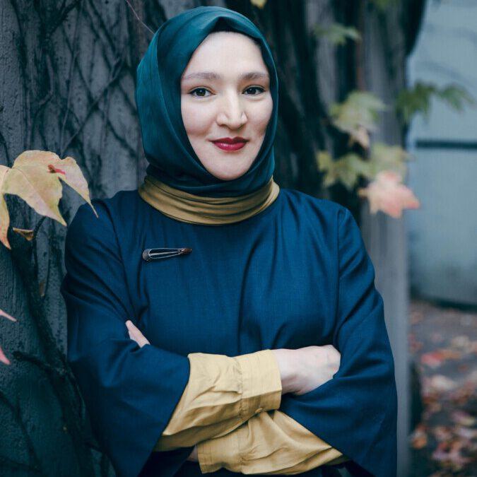 Setzt sich für Gleichberechtigung und Diskurse auf Aufgenhöhe ein: die Autorin Kübra Gümüsay. (Foto: Paula Winkler)