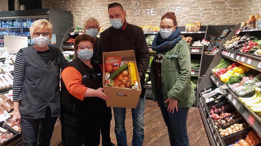 Das Rewe Engel-Team mit der stellvertretenden Marktleiterin Alice Esteves (2.v.l.) sowie Inge Schwabe-Hoffmann (r.) vom Ev. Kindergartenwerk haben die Zutaten für die Lebensmittel-Kisten ausgesucht. (Foto: privat)
