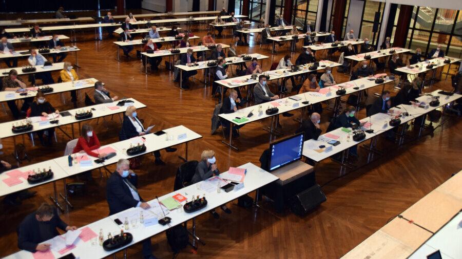 Das Bild zeigt eine Kreistagssitzung in der Stadthalle Unna unter Corona-Bedingungen. (Foto: Birgit Kalle – Kreis Unna)