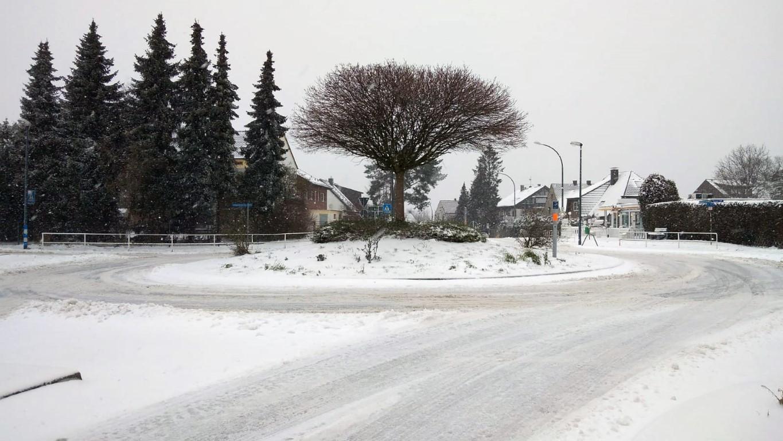 Der Winter hat die Gemeinde seit Sonntag fest im Griff: Der Winterdienst der Gemeinde ist im Dauereinsatz. Dennoch sind viele Straßen in der Gemeinde - hier der Kreisel in Hengsen - nicht schnee- und eisfrei zu bekommen.(Foto: F. Brockbals)