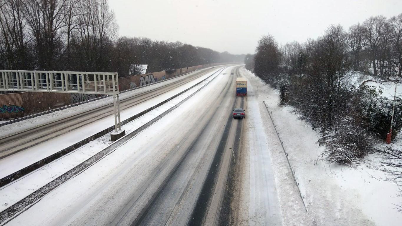 xAuch auf den Autobahnen, hier auf der A 2, sind die Bedingungen schwierig. Die Polizei erinnert an das LKW-Fahrverbot ab 7,5 t aufwärts. (Foto: F. Brockbals)