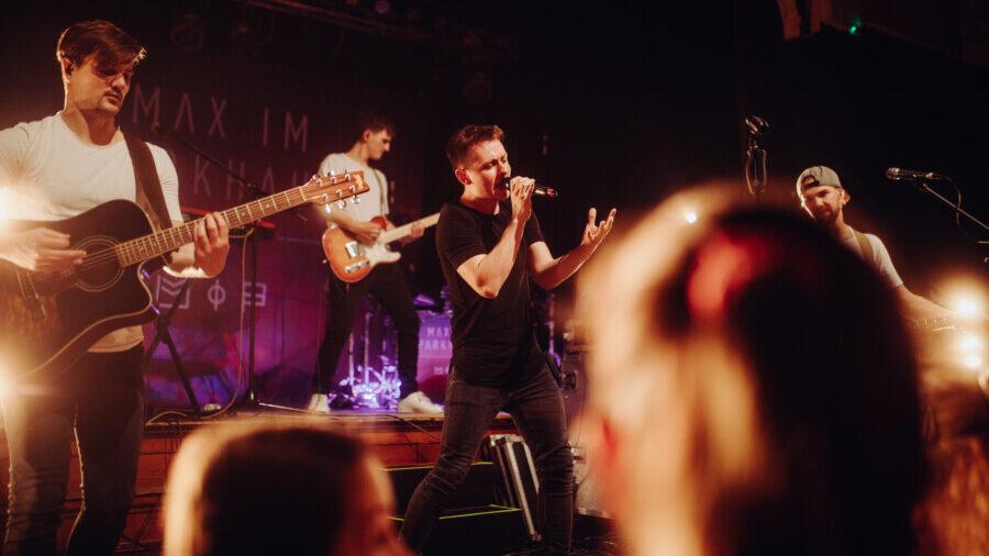 """Die neue Single """"Nummer auf Papier"""" der Band Max im Parkhaus um den Holzwickeder Sänger Kim Friehs ist ab morgen (19. Februar) auf  Spotify und allen gängigen Streaming-Plattformen verfügbar. (Foto: Jan Schulze - MiP)"""
