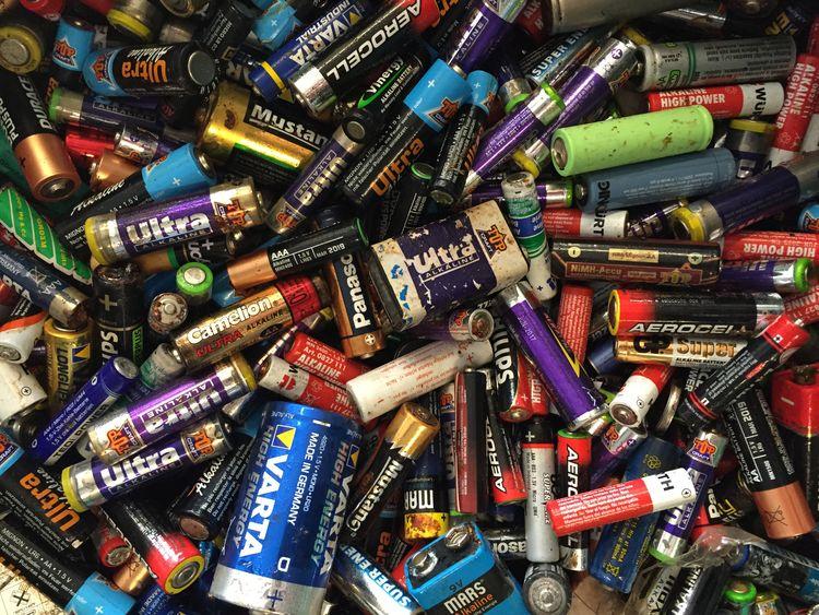 Batterien und Akkus gehören nicht in den Hausmüll, da sie Schadstoffe aber auch wichtige Rohstoffe enthalten. Der Handel und auch die Gemeinde bieten offizielle Rücknahmestellen an, wo die Energiezellen kostenlos entsorgt werden können. (Foto: GWA Kreis Unna)