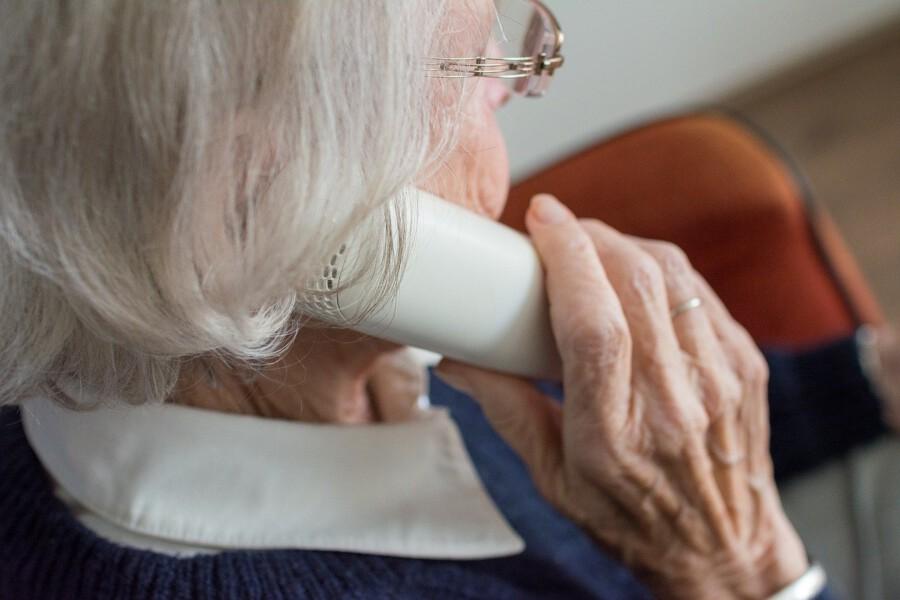 """Damit Senioren in dieser Zeit nicht den Kontakt zu anderen Menschen verlieren, startet die Seniorenbegegnungsstätte das Projekt """"Telefon-Tandem"""". (Foto: Sabine van Erp - pixabay)"""