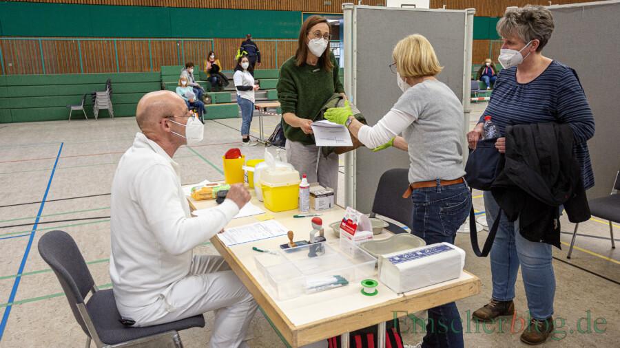 Die zweite Impfaktion der pädagogischen Fachkräfte wird am kommenden Freitag in fortgesetzt. Die Gemeinde hat dann noch eine dritte Impfstraße in der Hilgenbaumhalle eingerichtet. (Foto: P. Gräber - Emscherblog)