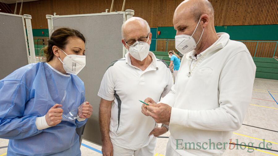 """Dr. Udo Pappert (Mitte), hier mit Dr. Frank Robben (r.) und seiner Arzthelferin Irina im Impfzentrum Holzwickede, erklärt: """"Wer mit AstraZenenca geimpft wurde, muss sich zunächst einmal keine Sorgen machen."""" (Foto: P. Gräber - Emscherblog)"""