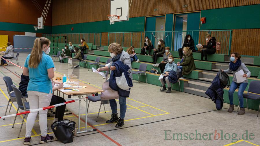 Der Wartebereich vor dem ärztlichen Aufklärungsgespräch: Die ersten 150 bis 160 Impflinge heute waren fast ausnahmslos Frauen. (Foto: P. Gräber - Emscherblog)