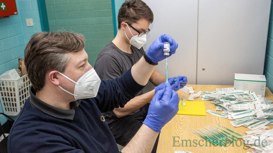 Während die beiden anderen Ärzte den Wirkstoff verimpften zog Dr. Dirk Westermann (li.) mit einem Helfer den Impfstoff (AstraZeneca) auf die Spritzen auf. (Foto: P. Gräber - Emscherblog)