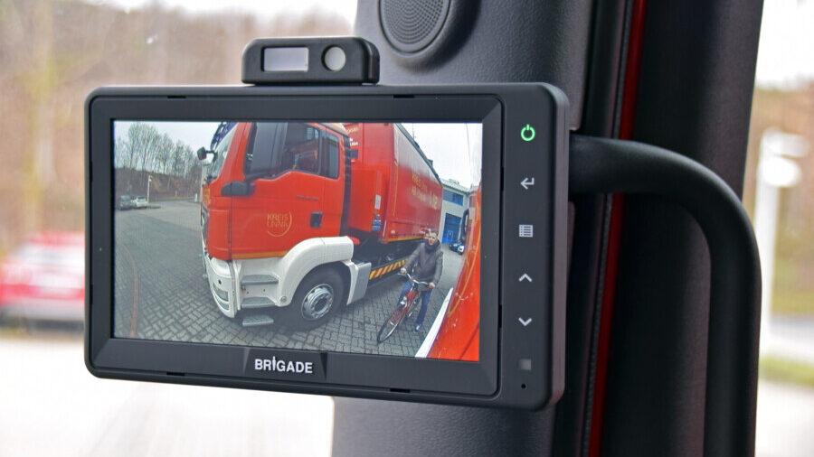 """Das Assistenzsystem ermöglicht einen Blick in den ansonsten gefürchteten """"toten Winkel"""" beim Abbiegen der großen Feuerwehrfahrzeuge. (Foto: Anita Lehrke - Kreis Unna)"""