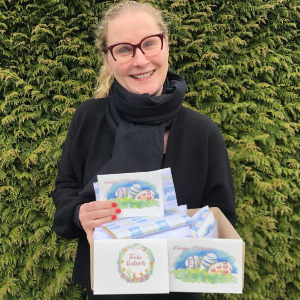 Manuela Hubrach (Bild) und Eva Scholz-Kupczyk haben Ostergrüße für die ehrenamtlichen Helferinnen und Helfer der Seniorenbegegnungsstätte gebastelt. (Foto: Gemeinde Holzwickede)