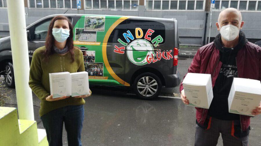 Kinderglück on Tour im Einsatz gegen Corona: Bernd Krispin und eine Mitarbeiterin mit einigen der FFP2-Masken, die an des Sozialen Zentrums e.V verteilt wurden. (Foto: Stuiftung Kinderglück)