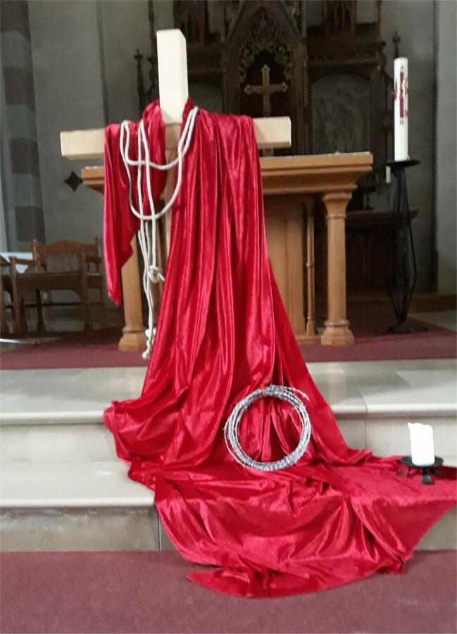 Ein gestaltetes Kreuz und Bilder von Sieger Köder regen zurn Passionsmeditation in der St. Stephanuskirche an. (Foto: privat)